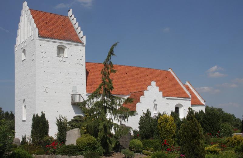 Ågerup Kirke med de fine gamle kalkmalerier. Foto: HolbækGuiden.dk.