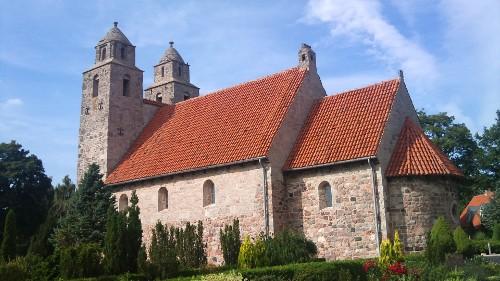 Tveje Merløse Kirke med de to karakteristiske tårne. Foto: Rolf Larsen.